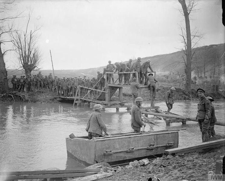 Британские Королевские инженеры готовят переправу через реку. Бланди, Сомма, 13 апреля 1917г