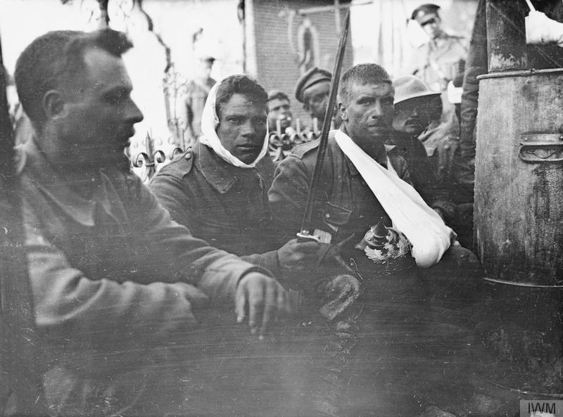 Раненные британские солдаты в перевязочной станции. Один из них держит трофейный немецкий штык, другой - трофейный пикельхельм. Моланкур, Сомма, июль 1916г