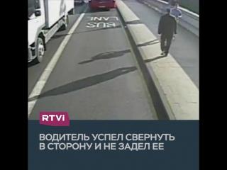 Бегун столкнул женщину под автобус