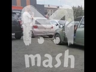 Жители Челябинска «прокачали» Тойоту, перегородившую въезд на парковку