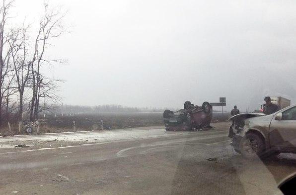 На трассе «Ростов-Таганрог» после столкновения с Nissan Qashqai перевернулась «Нива», один пострадавший