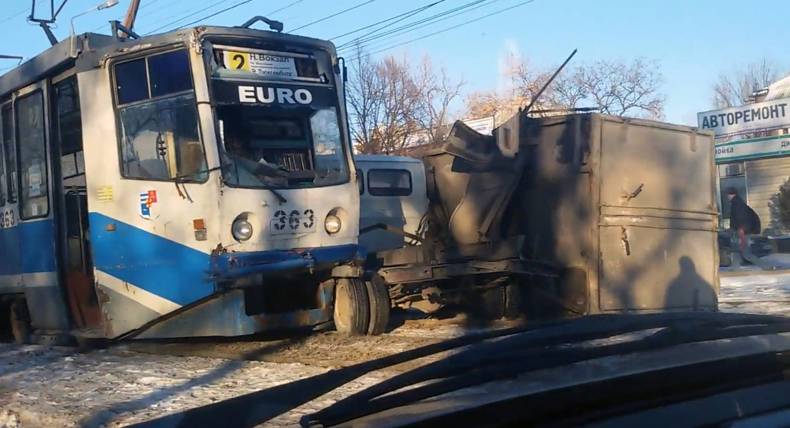 В Таганроге трамвай №2 «снес» будку грузовой «ГАЗели». ВИДЕО