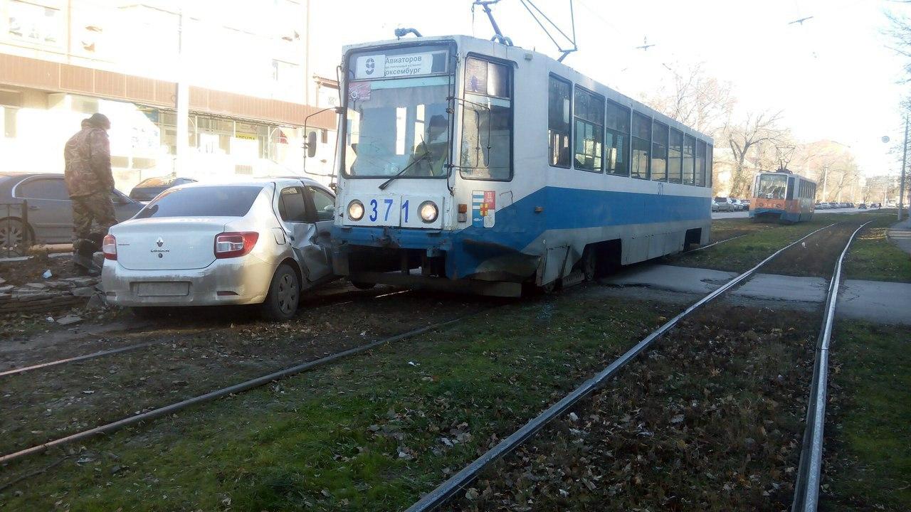 В Таганроге трамвай №9 протаранил Renault Logan