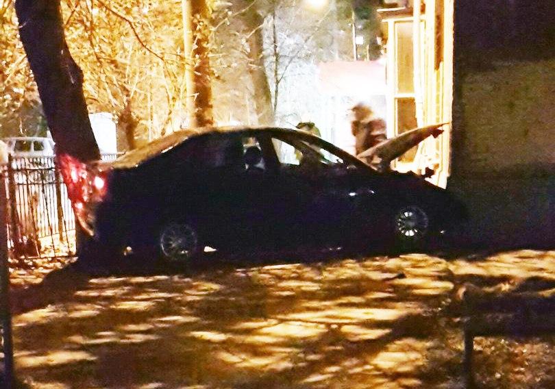 В Таганроге на 10-м переулке из-за скользкой дороги иномарка врезалась в угол дома