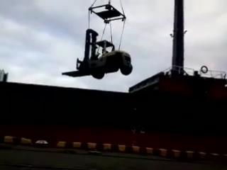 порт Одесса,кидаем в трюм погрузчик(спаренная работа портальных кранов)