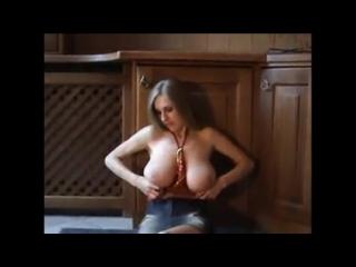 волнующая девушка и её большие сиськи ..... ( не порно,не секс)