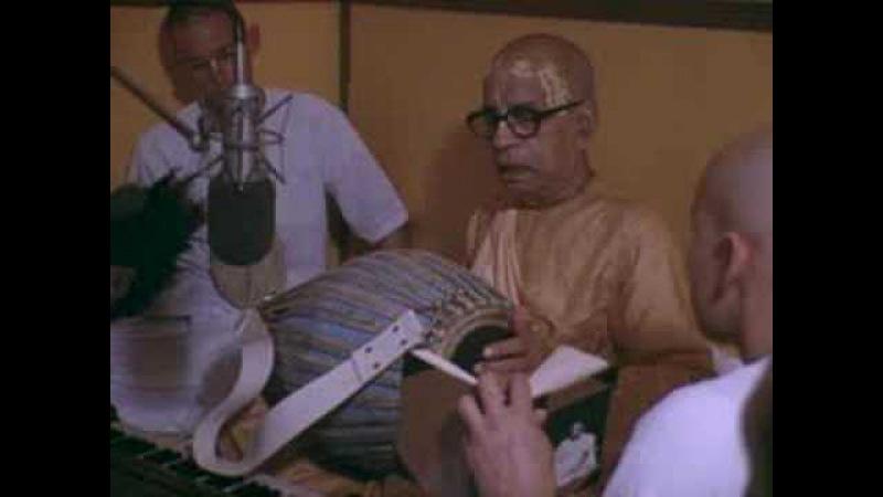 Prabhupada tocando la mrdanga