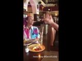 Парень всегда говорит официантам что у его девушки день рождения, когда они выходят поесть