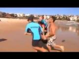 Спасатели на австралийском пляже спасают жизнь корейского студента. Несколько минут он был в состоянии клинической смерти.