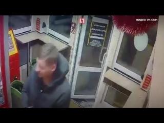 В Омске голый мужчина напал со шваброй на продавца павильона