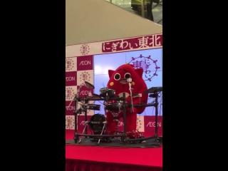 Японский талисман исполняет дэт-метал на барабанах для детской песни