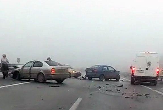 Сегодня утром на трассе «Ростов-Таганрог» из-за обледенения дороги произошло массовое ДТП