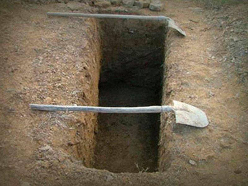 В Таганроге возлюбленная парочка вывезла неприятеля на кладбище и заставила его копать себе могилу