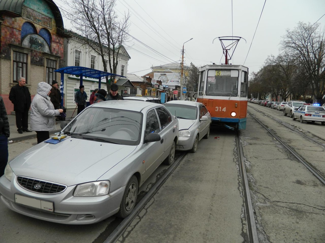 В центре Таганрога трамвай №5 протаранил две легковушки