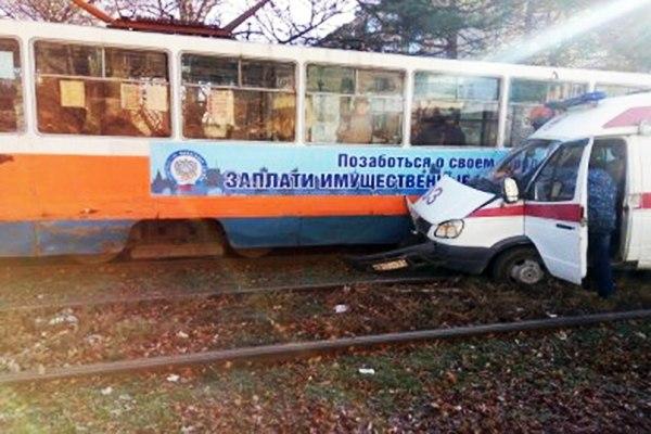 В Таганроге трамвай №2 протаранил карету скорой медицинской помощи