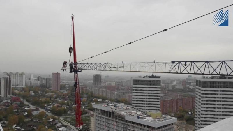 Наращивание стрелы башенного крана на высоте 84 метра