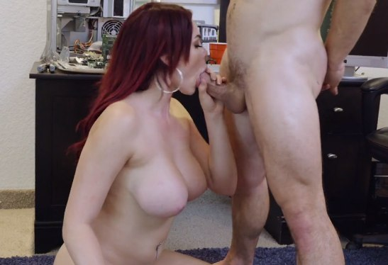 Рыжая с большой грудью делает приятное своему парню