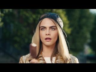 Сексуальная Кара Делевинь (Cara Delevingne) в рекламе MAGNUM X MOSCHINO (2017) 1080p