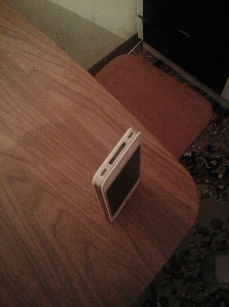 Продал Айфон 4 без коробки потух экран цену предлогайте