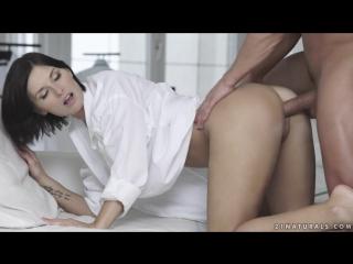 Брюнетка сладко стонет от секса