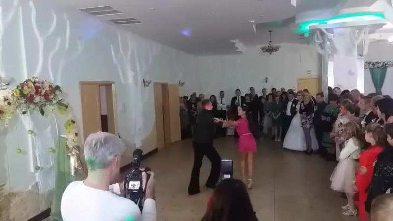 Захоплюючий танець бальників на весіллі
