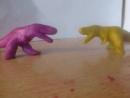 Тиранозавры дерутся за тушу динозавра