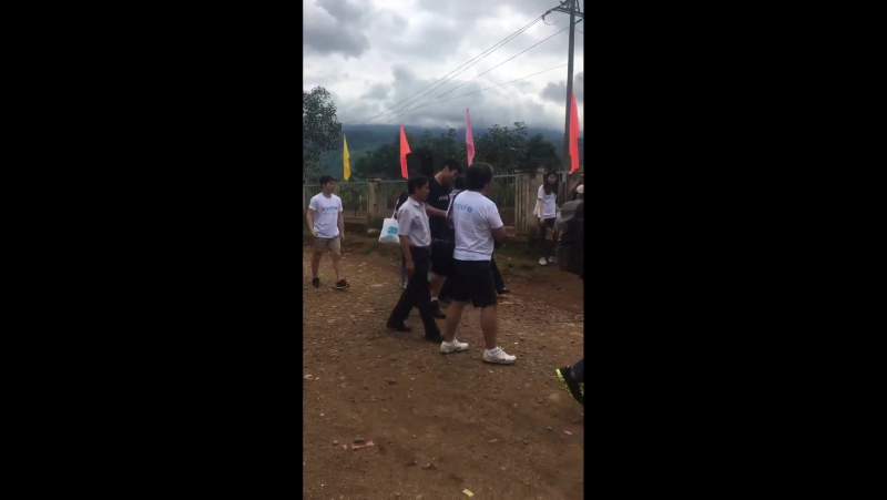 170823 Siwon arrived at Tu Mo Rong Village, VN. So many ppl there and he not forgot to take video of fans xD twitter.co