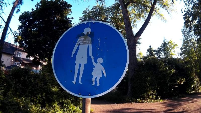 дорожные знаки придумали, кстати, немцы...