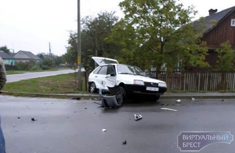 В Кобрине в серьёзном ДТП столкнулись два автомобиля
