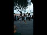 С музыкой по жизни! Танцующую Барселону вам на ночь! Эти люди абсолютно не знакомы, но как чувствуют они друг друга в танце!  #b