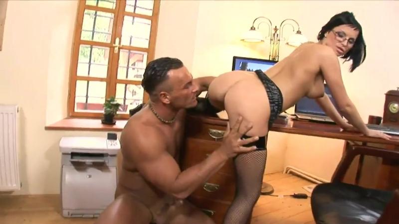 видео босс трахает свою секретаршу секс порно