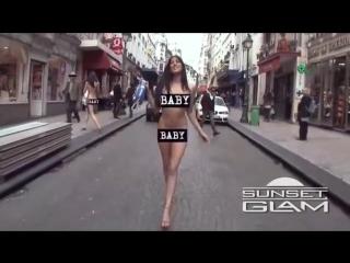 Exhibitionist sexy girls walking naked in Paris