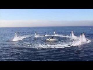 Люди парят над водой как птицы и ныряют как дельфины