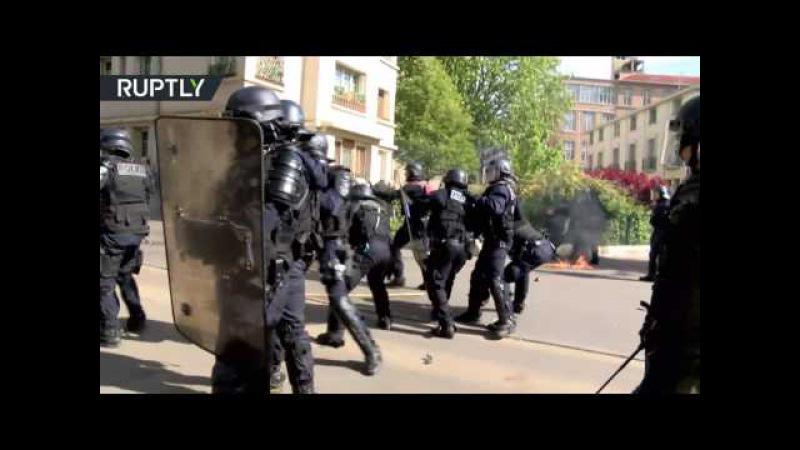 «Коктейли Молотова» и слезоточивый газ: митинг против Макрона и Ле Пен прошёл в Париже. Опубликовано: 1 мая 2017 г.