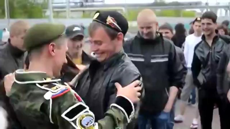 Девушка дождалась своего парня с армии )) Вот это я понимаю, любят друг друга ♥