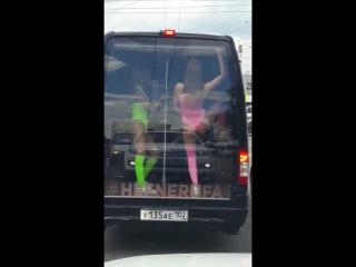 Девушки танцует в машине шикарно
