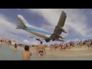 Самолеты низколетящие над пляжами, и их невероятная посадки. Low-flying aircraft over the beaches.