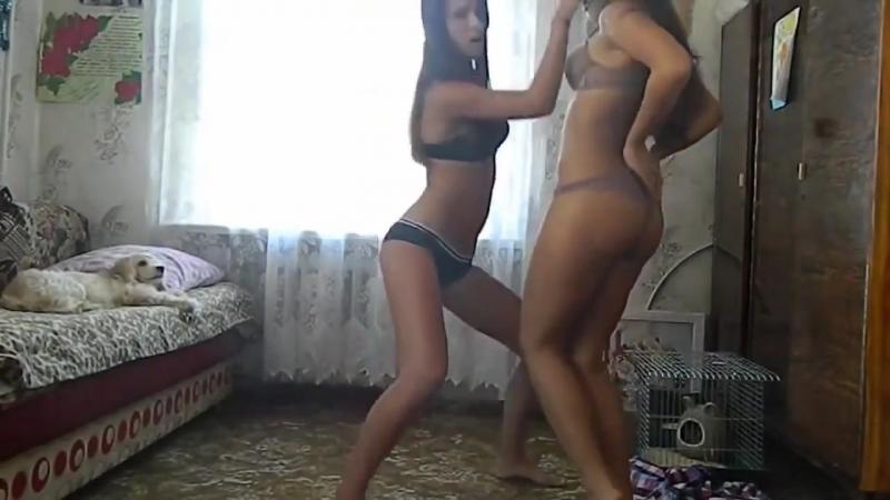 Две малолетки развлекаются перед вебкой в нижнем белье [ школьницы студентки любители домашнее сиськи жопа попа попка танец ]