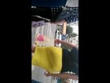 попа в жёлтой юбке