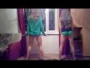 две девочки классно танцуют тверк в коротких шортиках
