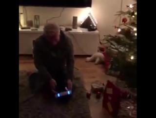 Отец семейства играет в PlayStation VR