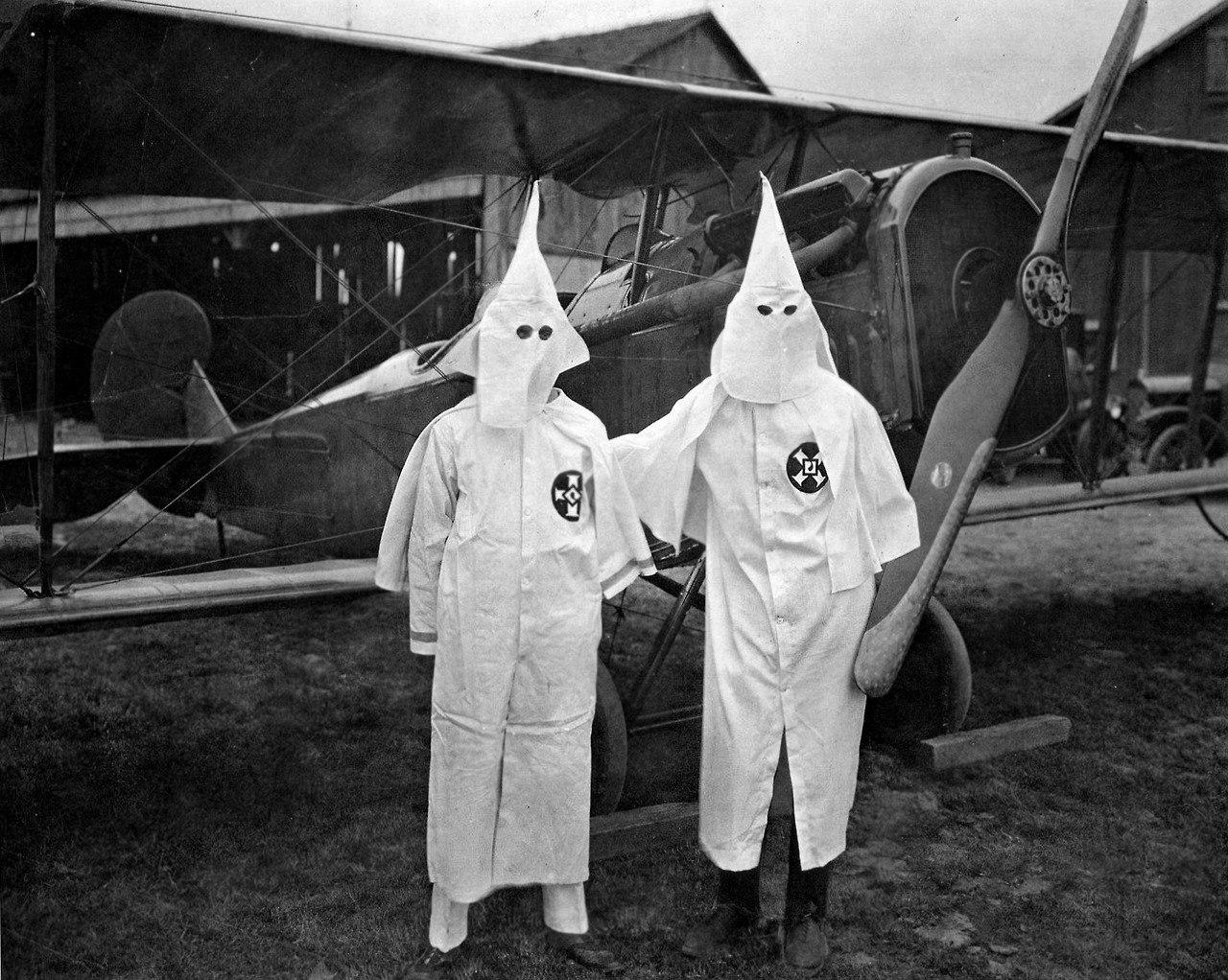 """ККК, 1922 год. Фото называется - """"Невидимая империя""""."""