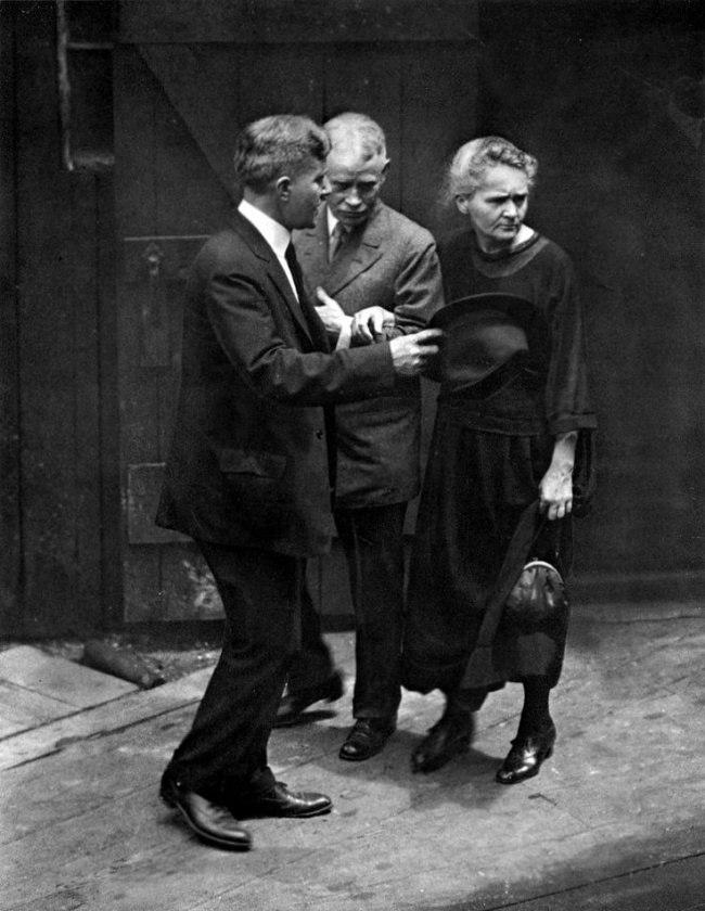 Мадам Мария Кюри, открывшая радий, в Институте радия, 1921 год.