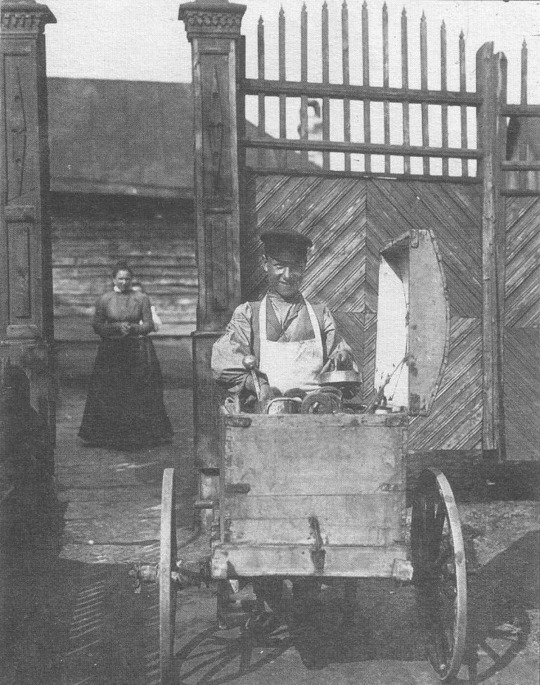 Разносчик мороженного. 1899 г.