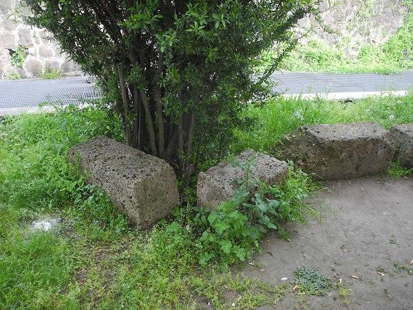 древние каменные блоки в риме
