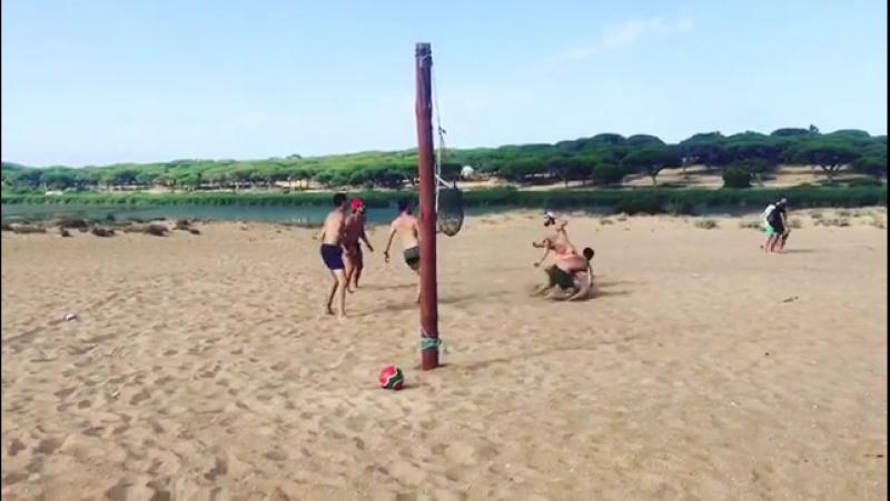 Андер в отпуске играет в волейбол.