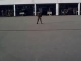 Солдат танцует в стиле Майкла Джексона на плацу