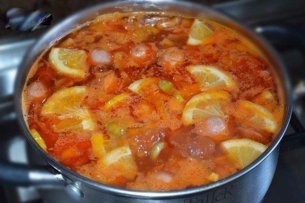 Солянка Ингредиенты: Сосиски — 2 шт. Лук — 1 шт. Морковь