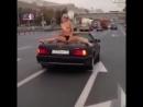 Голая девушка на мерседес кабриолет, танцует и катается по городу.