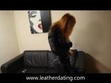 Девушка в кожаных штанах и курточке на диване